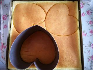 樱桃慕斯,用慕斯圈在蛋糕片上按出需要的形状,这个心形慕斯圈按出三片蛋糕片,慕斯圈放在六寸披萨盘里,取出一片蛋糕片放在慕斯圈底部,再把其余两片蛋糕片用手撕去一圈,大约1厘米的宽度,