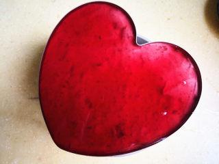 樱桃慕斯,镜面材料稍凉一凉,取出冷藏好的蛋糕,倒在上面,再次入冰箱冷藏,这里冷藏了一晚上,