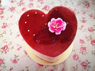 樱桃慕斯,最后把叶子,糖珠和鲜花装饰在蛋糕上,樱桃慕斯蛋糕就完成了。