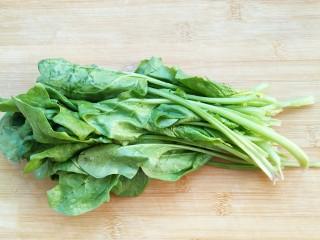 适合宝宝吃的营养健康菠菜卷,菠菜洗净备用。