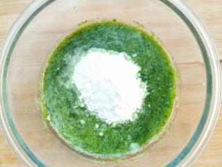 适合宝宝吃的营养健康菠菜卷,加入适量面粉。