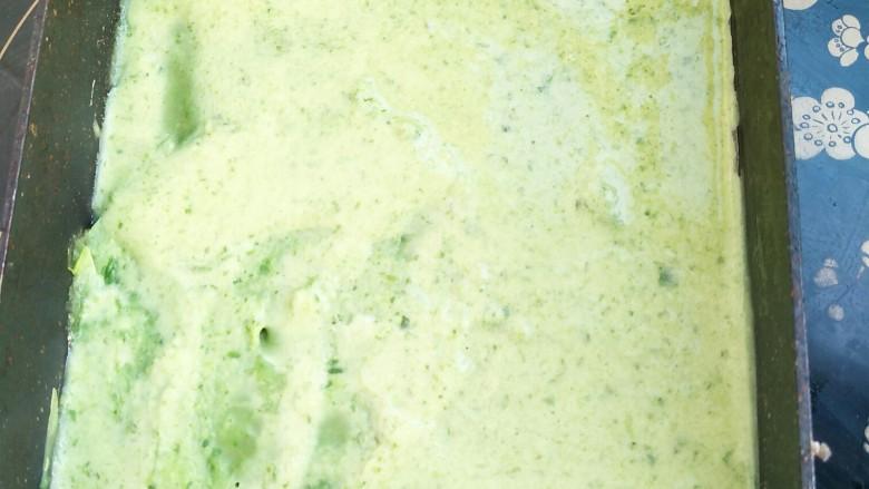 适合宝宝吃的营养健康菠菜卷,将菠菜汁倒入锅中,涂抹均匀,担心操作不好的小伙伴可以先停火,放好汁后再开火继续操作。
