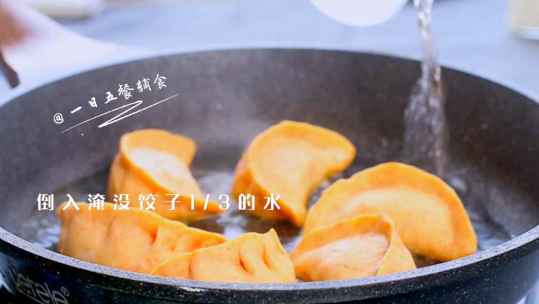 抱蛋煎饺,倒入的水要铺满锅底,淹没饺子1/3的水,盖盖中火焖至水干。大约6分钟吧,这时候饺子已经熟了。</p> <p>>>如果水煎好直接吃,不再有接下来的倒蛋液,倒入的水铺满锅底就可以了,水蒸干,也就是能听到滋滋拍拍的声音时关火,再焖3分钟就可以吃了。