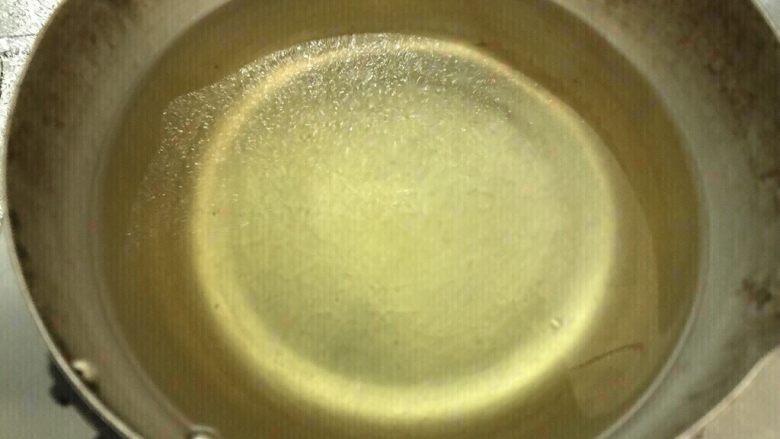 鸡翅根还能做出惊艳的宴客菜,冷锅倒入油,中火烧热,放入筷子,有明显气泡升起。