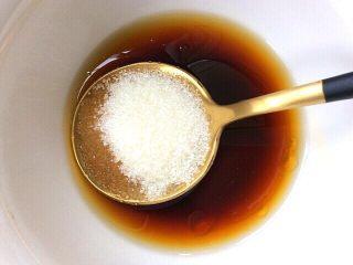 健康菜+虾米胡萝卜蒸豆腐,取碗放入两勺生抽,一勺白糖,少许盐,香油,加少许的水调成汁