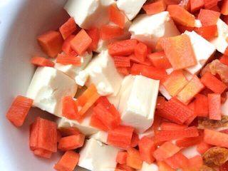 健康菜+虾米胡萝卜蒸豆腐,切好的豆腐放入蒸碗中,在放入胡萝卜丁