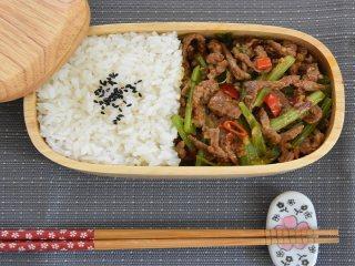 芹菜牛肉是以新鲜的芹菜与牛肉为主要原料制成的一种美味菜肴,它是人们餐桌上的常见菜:芹菜翠绿,肉丝酱黄,菜脆肉嫩,味道鲜美,而且营养价值特别高。