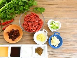 芹菜牛肉, 【主料】:牛里脊 300g|香芹 150g 【辅料】:胡椒粉 1勺|豆瓣酱 2勺|淀粉 2勺|生抽 1勺|香油 1勺|小米椒 少许|葱白 少许|姜葱末 少许