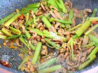 芹菜牛肉,再倒入1勺生抽、1勺糖和香油炒匀,即可出锅。