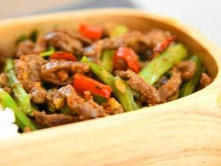 芹菜牛肉,一份很好吃又下饭的便当搞定啦!