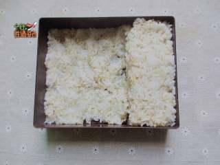 快手减肥便当,便当盒里铺上糙米饭