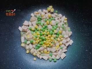 快手减肥便当,鸡肉变色后,加入玉米粒和青豆