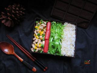 快手减肥便当,依次摆放上炒鸡肉、苦菊和煎好的火腿肠