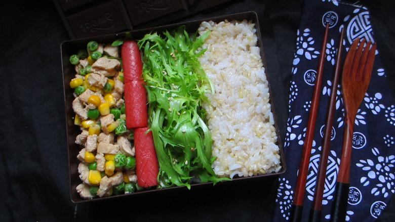 快手减肥便当,嫩滑的鸡丁,配合蔬菜丁,满满一勺入口,有蔬菜的清香又有鸡肉的鲜美
