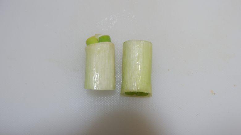 白切猪肝(卤猪肝),葱切长段。