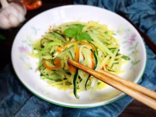 黄瓜炒土豆丝,即可食用