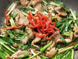 超级下饭蒜苗炒肉片,加红椒丝,根据个人口味加适量盐和鸡精调味,翻炒均匀,关火。