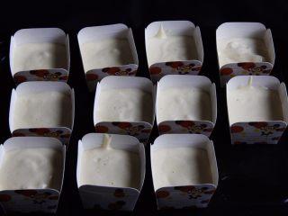 麦芽糖桂圆小蛋糕+无油版,再挤入蛋糕糊八分满,每个纸杯都要震几下消泡。