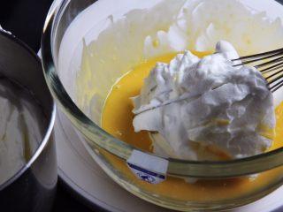 麦芽糖桂圆小蛋糕+无油版,取三分之一的蛋白进入蛋黄糊中。