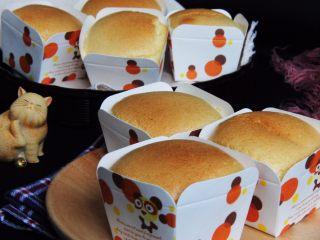 麦芽糖桂圆小蛋糕+无油版,烤完冷却后装入保鲜袋保存。
