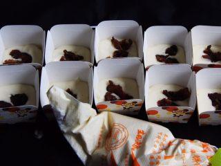 麦芽糖桂圆小蛋糕+无油版,桂圆肉分别放入纸杯中。