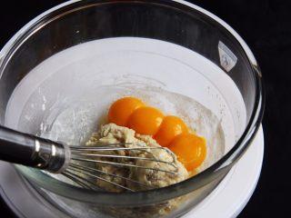 麦芽糖桂圆小蛋糕+无油版,再加入蛋黄。