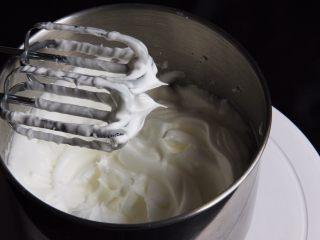 麦芽糖桂圆小蛋糕+无油版,加入最后的细砂糖,继续搅拌50圈,蛋白小尖峰是直立的,蛋白光滑细腻,而且亮晶晶。