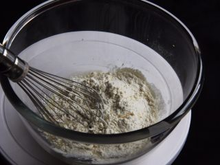 麦芽糖桂圆小蛋糕+无油版,过筛低筋粉,搅拌均匀。