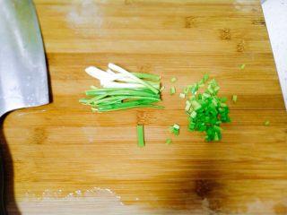 孩子最爱~泡蛋番茄汁,小葱洗净之后,切成葱花。