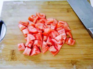 孩子最爱~泡蛋番茄汁,番茄洗净之后,切块去蒂。