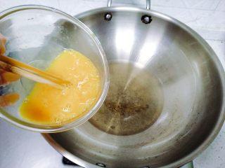 孩子最爱~泡蛋番茄汁,油热之后下鸡蛋液,鸡蛋液下锅之前再拌一下。