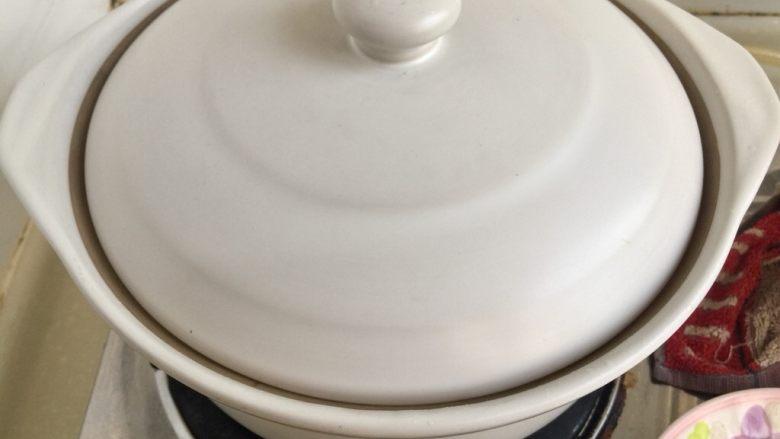 给烤鸭架换个吃法➕冬瓜蟹味菇鸭架汤,中大火煮5分钟,转小火加盖再煮约10分钟