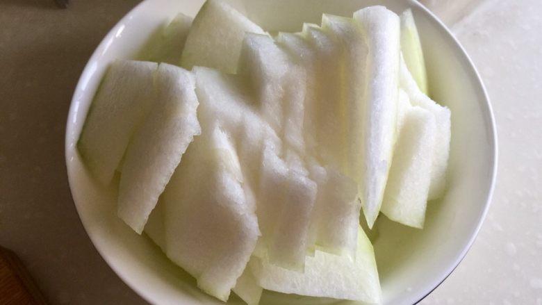 给烤鸭架换个吃法➕冬瓜蟹味菇鸭架汤,冬瓜去瓤,切成约5毫米厚的片