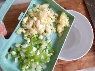 丝丝入味,缕缕情牵➕鸡蛋干炝拌黄瓜丝,取一碗,加入蒜蓉葱白
