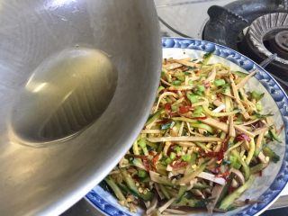 丝丝入味,缕缕情牵➕鸡蛋干炝拌黄瓜丝,油继续加热到八成热,均匀浇在菜上,即可