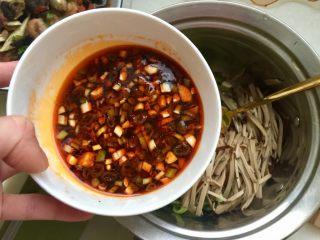 丝丝入味,缕缕情牵➕鸡蛋干炝拌黄瓜丝,准备好的调味汁加入装黄瓜盆中