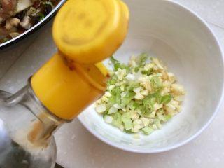 丝丝入味,缕缕情牵➕鸡蛋干炝拌黄瓜丝,加入一勺生抽