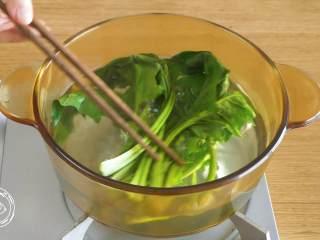 蔬菜蛋卷8m+,首先,菠菜焯水捞出~ tips:焯菠菜可去除草酸(涩味的主要成分)~