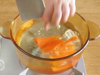 蔬菜蛋卷8m+,胡萝卜片焯水捞出~
