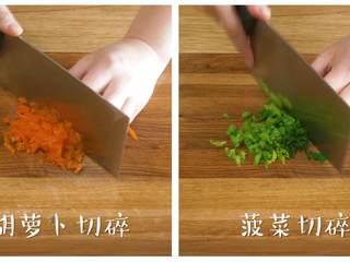 蔬菜蛋卷8m+,胡萝卜片、菠菜叶分别切碎~