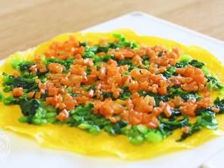 蔬菜蛋卷8m+,再放入胡萝卜碎,摊平~