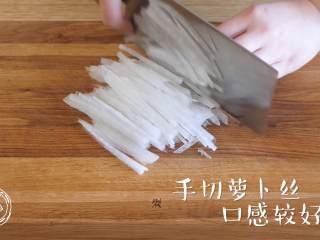萝卜糕12m+,白萝卜去皮之后,切成丝~ Tips:手动切丝,口感更好哦,刀功不错吧~