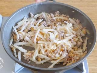 萝卜糕12m+,放入白萝卜丝,炒软,撒入少量盐,翻炒搅拌之后出锅~