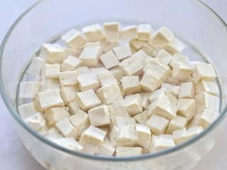 香椿拌豆腐,捞出放入冷水中防止粘连