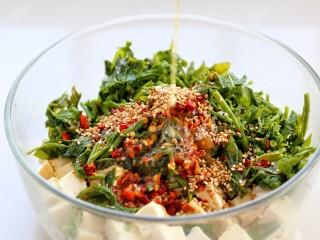 香椿拌豆腐,锅中倒适量食用油烧热后,浇倒在辣椒面和芝麻上榨出香味