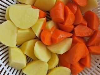 咖喱土豆鸡块,胡萝卜和土豆切滚刀块