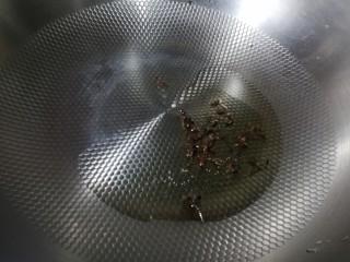 爆炒螺蛳,锅里放少许油小火,将花椒煸出香味。
