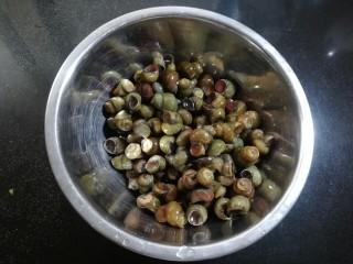爆炒螺蛳,用流动的清水冲洗干净,要用手多搓洗几次。把螺蛳的尾部用钳子剪掉,这样是为了在吃的时候,方便将螺蛳肉吸出,在炒制的时候也容易入味。