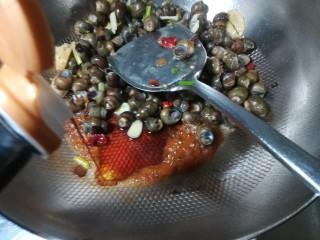 爆炒螺蛳,加入酱油醋。