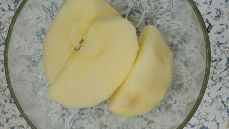 红枣苹果甜汤,把苹果切开